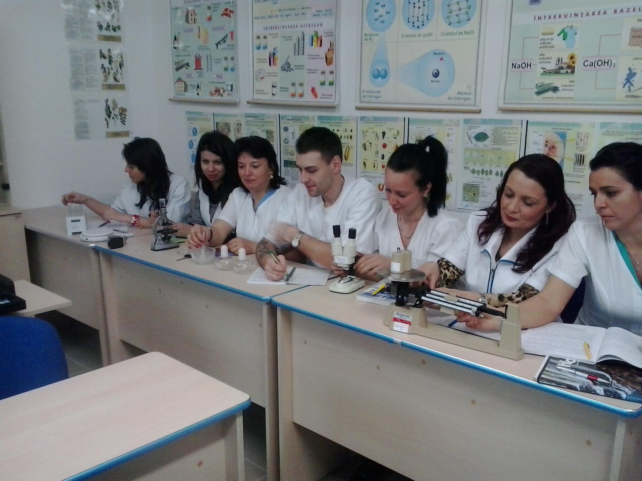 elevi cu microscop